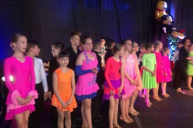 Tańczące dzieci nagościnnych występach uSmoka Zębatka 2015