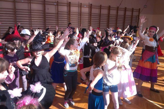 Karnawał wZabierzowie 2015 - dzieci tańczą
