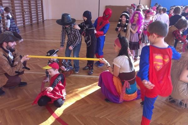 karnawal-w-zabierzowie-dzieci-tancza-201502