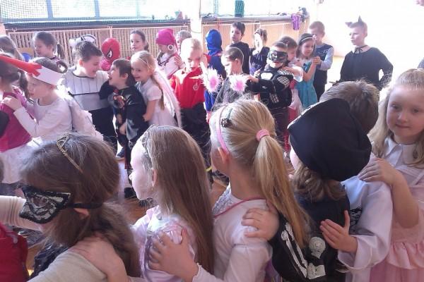 karnawal-w-zabierzowie-dzieci-tancza-201508