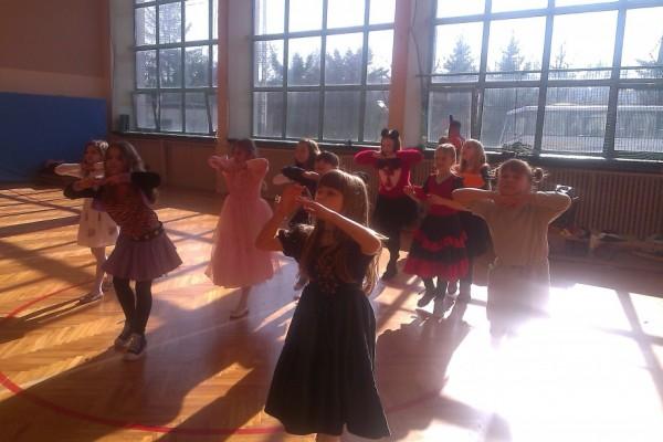 karnawal-w-zabierzowie-dzieci-tancza-201531