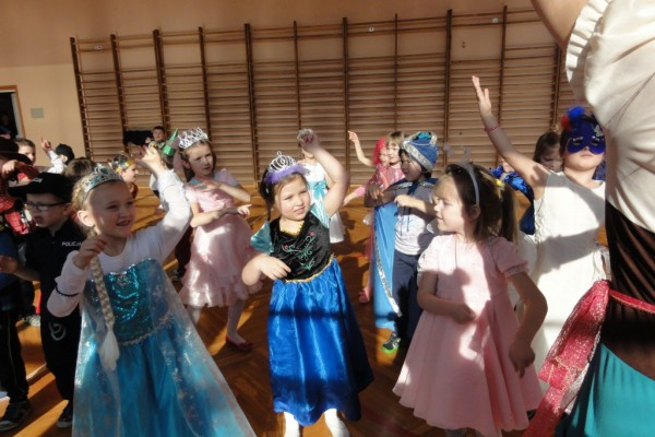karnawal-w-zabierzowie-dzieci-tancza-201549
