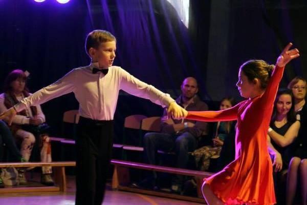 dzieci-tancza-i-pomagaja-ttt-zonkil-201502