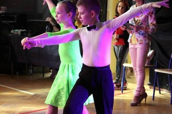 dzieci-tancza-i-pomagaja-ttt-zonkil-201504