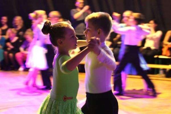 dzieci-tancza-i-pomagaja-ttt-zonkil-201505
