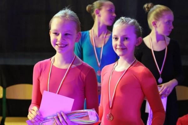 dzieci-tancza-i-pomagaja-ttt-zonkil-201508