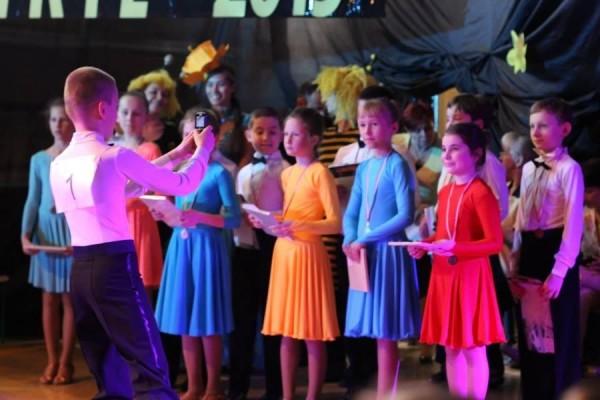 dzieci-tancza-i-pomagaja-ttt-zonkil-201510