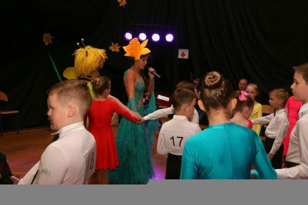 dzieci-tancza-i-pomagaja-ttt-zonkil-201511