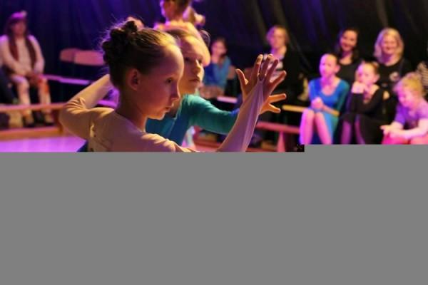 dzieci-tancza-i-pomagaja-ttt-zonkil-201518