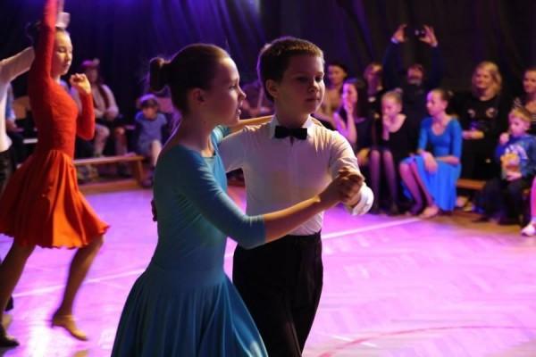 dzieci-tancza-i-pomagaja-ttt-zonkil-201525